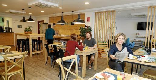 En la nueva decoración de las habitaciones o de los espacios comunes, como la cafetería, predominan los colores claros y la madera.