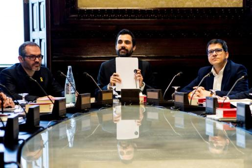 El presidente de la Cámara catalana, Roger Torrent (c), junto al vicepresidente primero Josep Costa (i) y el vicepresidente segundo José María Espejo-Saavedra (d), al inicio de la reunión de la Mesa del Parlament.