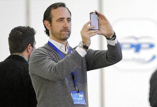 Imagen de archivo de José Ramón Bauzá sacando fotos con su móvil.