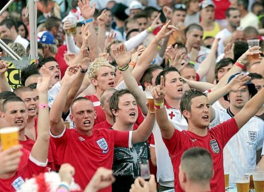 Durante los veranos en que se celebra la Copa Mundial o la Eurocopa de fútbol es habitual que cientos de turistas ingleses abarroten los locales de Magaluf que retransmiten en directo los partidos.