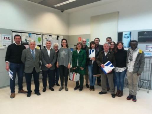 La consellera Puigserver con los alcaldes y alcaldesas que han firmado el convenio con el IMAS.