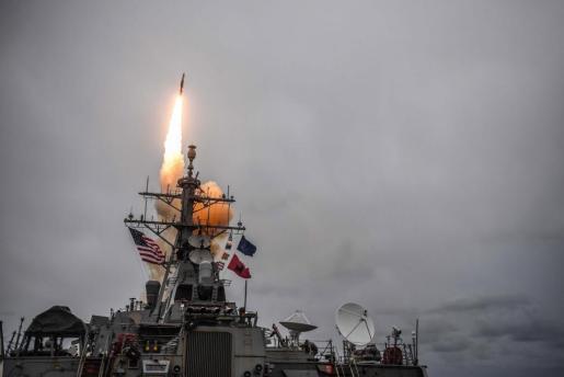 EE. UU., Gran Bretaña y Francia lanzaron ataques aéreos contra tres sitios presuntamente relacionados con las capacidades de armas químicas del gobierno sirio. Es la respuesta al ataque de hace una semana con presunto armamento químico en el que murieron más de 70 personas.