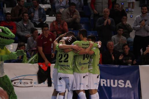 Después de 4 goles los de Vadillo se fundieron en un abrazo. Se desquitaban así del dominio abrumador de ElPozo y cerraban una victoria de prestigio que da mucha confianza de cara a la recta final de liga.
