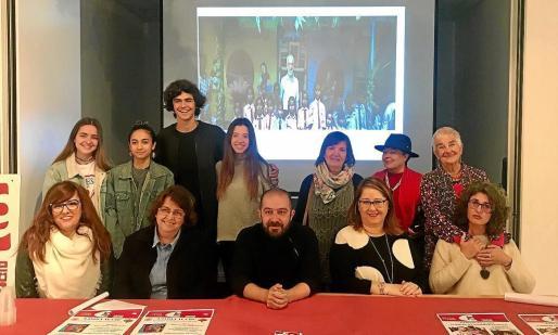 Foto de familia de los asistentes a la presentación junto a algunos de los alumnos del proyecto ICAPE.