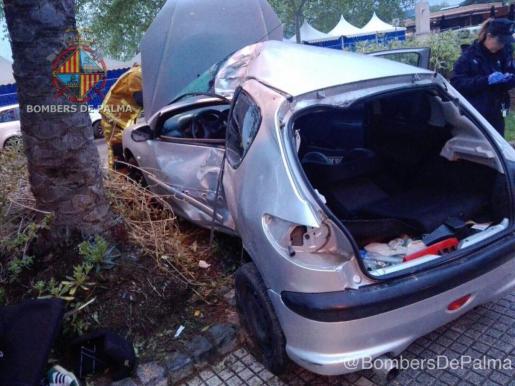 Así ha quedado el vehículo tras colisiona con una palmera en el Passeig Marítim de Palma.