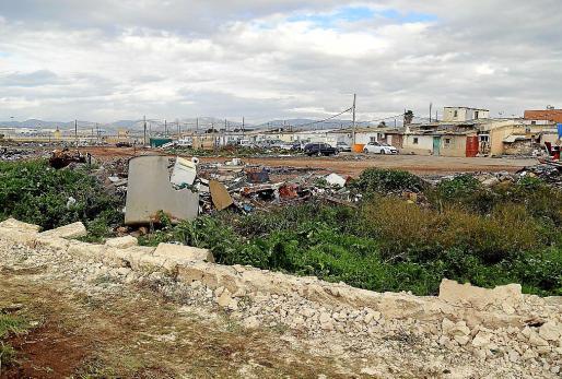 Panorámica de los trabajos previos de demolición con Son Banya al fondo.