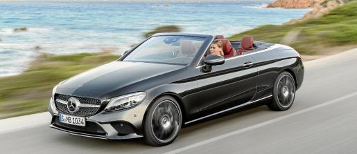 Mercedes Benz ha presentado los modelos de dos puertas de la Clase C, el coupé y el cabrio. Con un diseño más perfilado, un puesto de conducción digital, un avanzado tren de rodaje y con nuevas mecánicas, la marca ha aumentado tanto su carácter deportivo como el placer de conducción