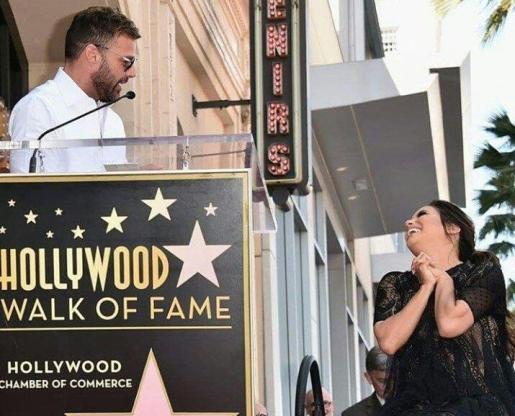 Momento de la ceremonia en la que Ricky Martin da un discurso en honor de Eva Longoria.