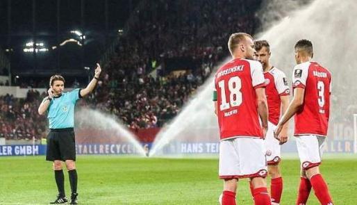 Instante en el que el colegiado reclama a los futbolistas que regresen al campo tras señalar el final de la primera parte.