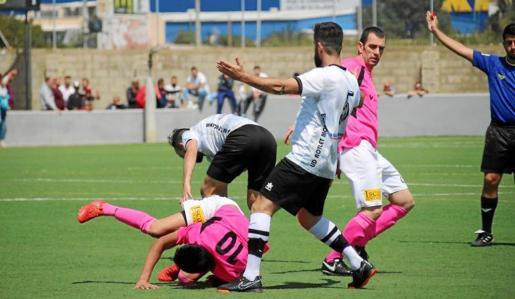 Los incidentes ocurridos tras el encuentro entre el Rotlet Molinar y el Son Verí han vuelto a dejar imágenes vergonzosas para el fútbol balear y responden a un enfrentamiento que arrancó durante el partido que ambos equipos disputaron en noviembre, durante la primera vuelta del campeonato.
