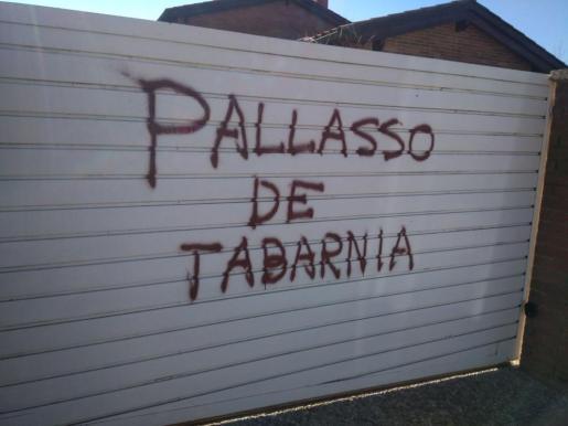 Aparecen pintadas en la casa del periodista Tomás Guasch: «Payaso de Tabarnia»