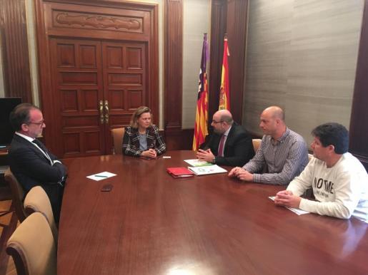 Salom durante la reunión con el presidente nacional del sindicato CSIF, Miguel Borra, y su homólogo del CSIF-Baleares, Andreu Bou.