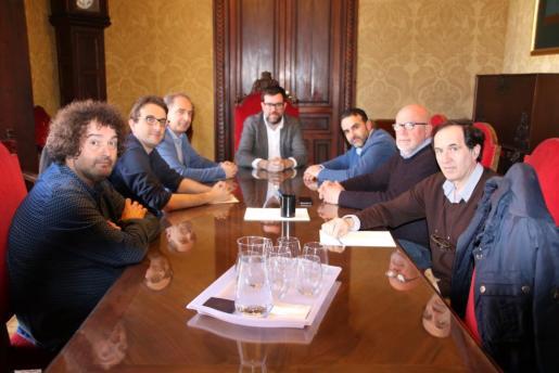 El alcalde de Palma, Antoni Noguera, se ha reunido estes martes con representantes de las patronales del pequeño comercio PIMECO, PIMEM y AFEDECO.