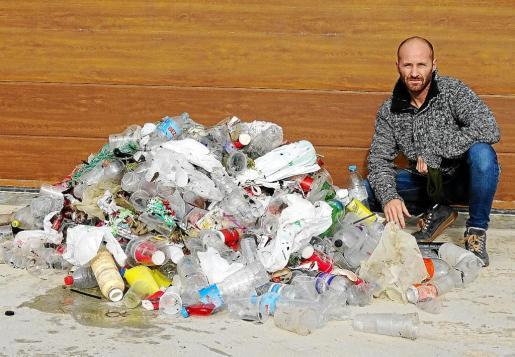 La otra resaca que deja la fiesta en Ciutadella. La asociación Per la Mar Viva calcula que tras las noches de juerga se vierten en las aguas del puerto unos 900 kilos de plástico al año.