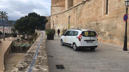 Las jardineras del Mirador no impiden el aparcamiento de taxis. Imagen de un taxi en el Mirador de la Seu.