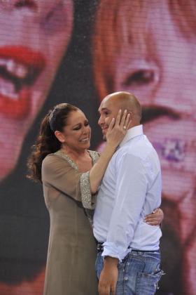 """Isabel Pantoja y su hijo, Kiko Rivera, cuando él volvió de su participación en """"Supervivientes""""."""
