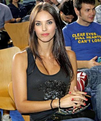 La modelo Helen Lindes, novia del alero Rudy Fernández, durante su presentación como nuevo jugador del Real Madrid.