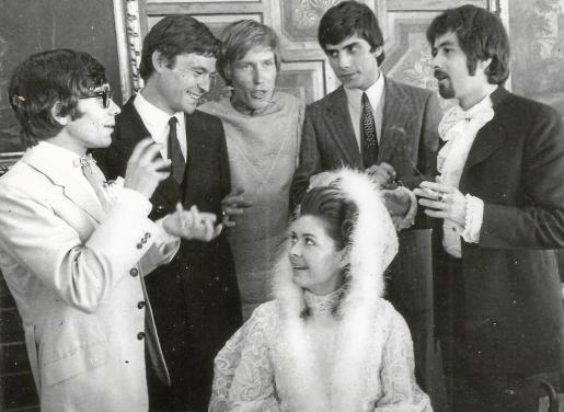 Miguel Vicens y su esposa, Norma Perriman, tras la boda, acompañados del resto de integrantes del grupo: Tony Martínez, Manolo Fernández, Mike Kennedy y Pablo Sanllehí.