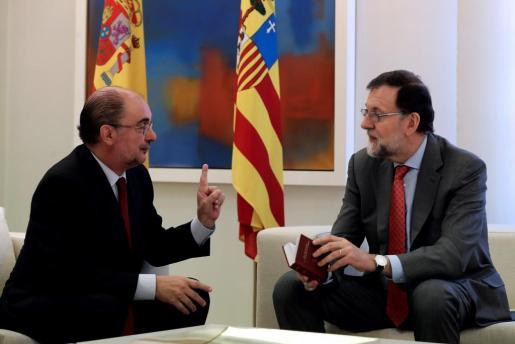 El presidente del Gobierno, Mariano Rajoy, recibe en el Palacio de la Moncloa al presidente del gobierno de Aragón, Javier Lambán.