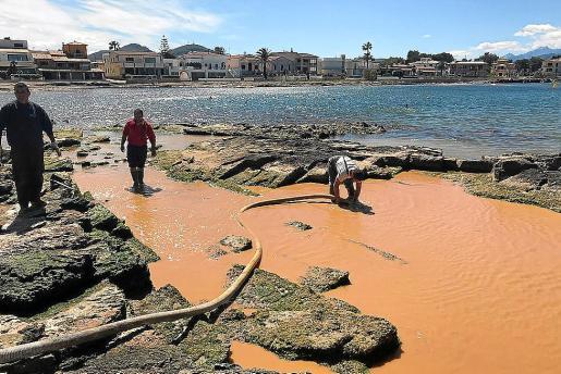 Trabajos de succión en la zona afectada por el vertido de lodos procedentes de la obra.