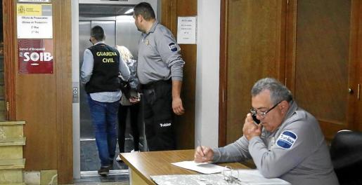 Imagen de la conductora, este miércoles, en el momento de entrar en los juzgados de Manacor.