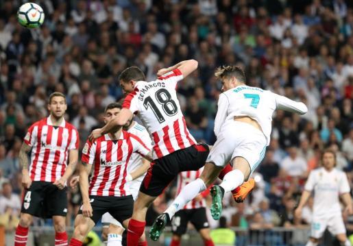 Cristiano Ronaldo disputando el balón a Oscar de Marcos.
