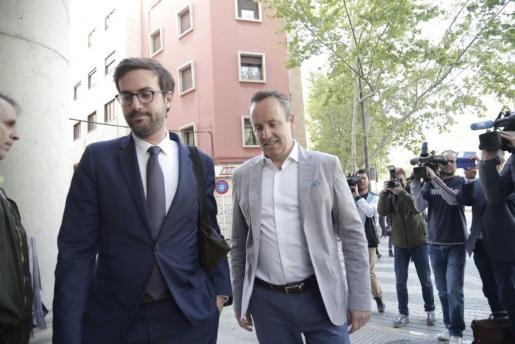 Pere Muñoz, acompañado de su abogado, llegando a los juzgados de Via Alemania.