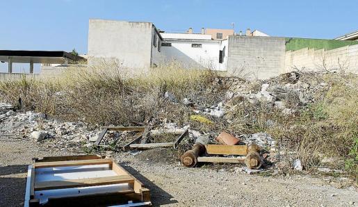 Escombros y muebles antiguos se acumulan en algunos solares de la ronda de sa Pobla.