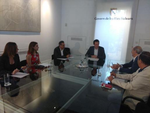 Imagen de la reunión que ha mantenido este jueves el conseller Marc Pons con el director general de Puertos y Aeropuertos, Xavier Ramis; el presidente de la Asociación Patronal De Actividades Marítimas de Baleares (Apeam), Miquel Puigserver y el representante de la Cámara de Comercio, Antoni Mercante, entre otros.
