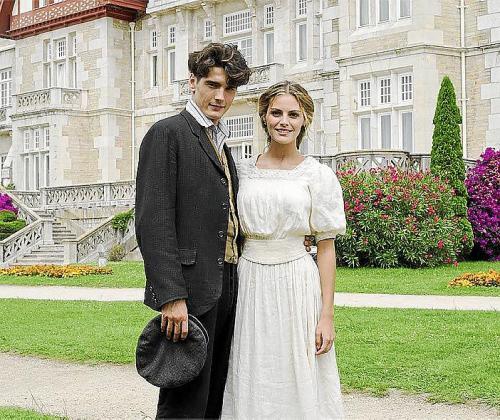 Jon González y Amaia Salamanca, caracterizados en Gran Hotel.
