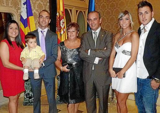 Marga Rosselló, emocionada, y su marido Esteban Mas, con sus hijos Esteban y Marga, su nieto Eric y sus yernos.