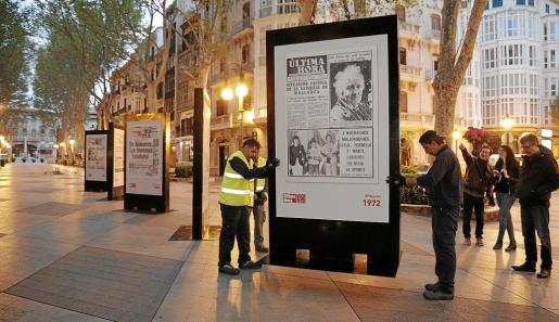 Los tótems con las portadas históricas de Ultima Hora, en el momento en que fueron colocadas en el Passeig des Born de Palma.