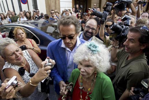 La duquesa de Alba acompañada por su prometido Alfonso Díez (i) llegan a un restaurante de Ronda (Málaga), en una imagen de archivo tomada el mes pasado.