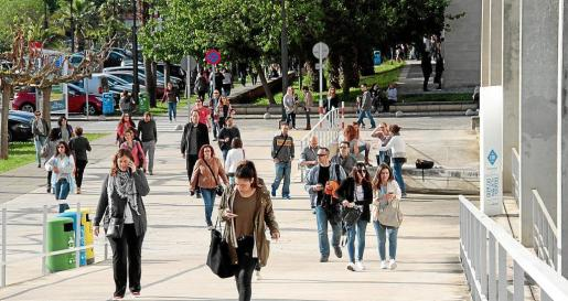 Los opositores suben la rampa del edificio Jovellanos minutos antes de que empezara el examen.