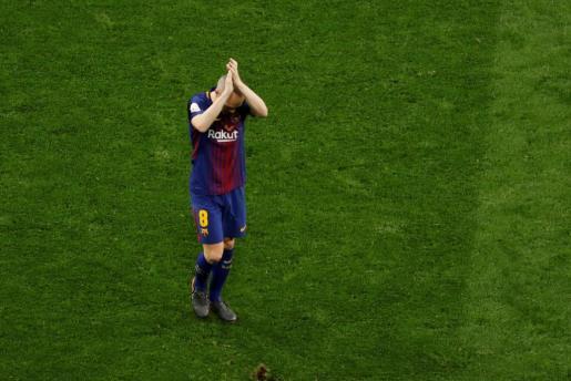 Las dos aficiones en pie despidieron del terreno de juego en el momento de su sustitución al capitán barcelonista, un emblema del fútbol español.