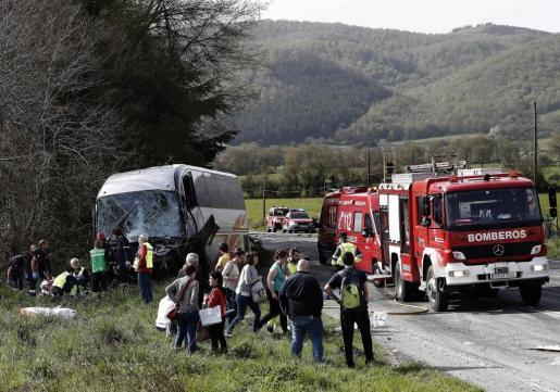 Se investigan las causas del accidente entre un turismo y un autobús.