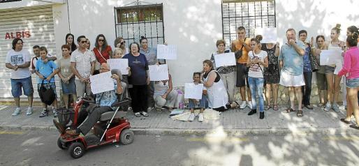 Los vecinos exhibieron carteles en los que pedían 'justicia' para que Ana recupere a su hija.