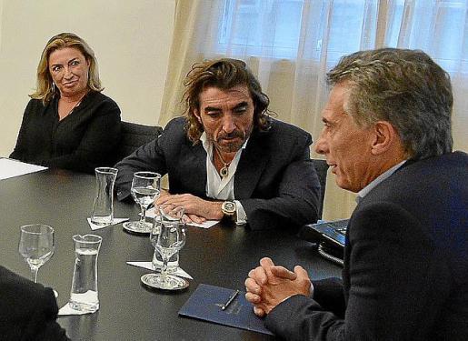 María José y Javier Hidalgo, junto a Mauricio Macri.