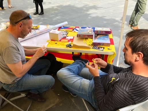 Esquerra confecciona lazos amarillos para entregarlos en el Día del Libro en Palma.