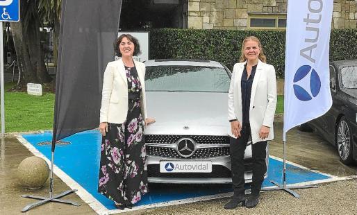 María y Esther Vidal posando junto al nuevo Mercedes Benz Clase CLS.