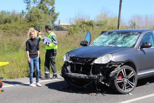 La conductora que provocó el accidente en Capdepera junto al Porsche.