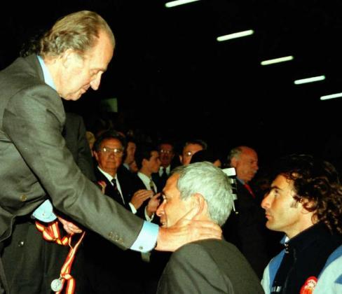 .El Rey Juan Carlos consuela al entrenador del Real Mallorca, Hector Cuper , al finalizar la final de la Copa del Rey que conquistó el F.C.Barcelona por penaltis.