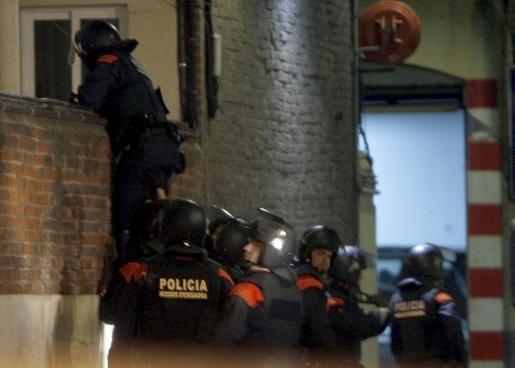 Efectivos de los Mossos d'Esquadra buscan a los posibles autores de los disparos que hirieron anoche a dos agentes de este cuerpo policial.