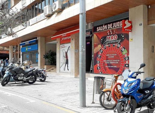 En los últimos años se han instalado en Inca unos cinco salones de juegos en diferentes puntos de la ciudad. Aunque no son todos, algunos de estos locales han provocado las quejas de los vecinos. Ahora el Ajuntament quiere regular sus horarios de apertura.