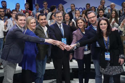 Maillo, entre Cifuentes y Rajoy, después de que este fuera reelegido como líder de los populares hace algo más de un año.