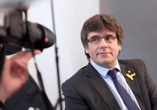 El expresidente de la Generalitat Carles Puigdemont posa para los fotógrafos tras un encuentro con periodistas extranjeros acreditados en Alemania.