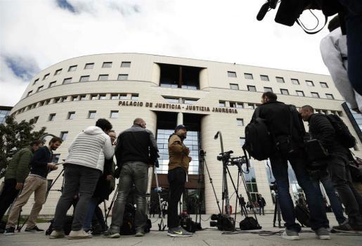 Numerosos medios de comunicación en el exterior del Palacio de Justicia de Navarra para conocer el veredicto de la sentencia del caso de 'la manada'.