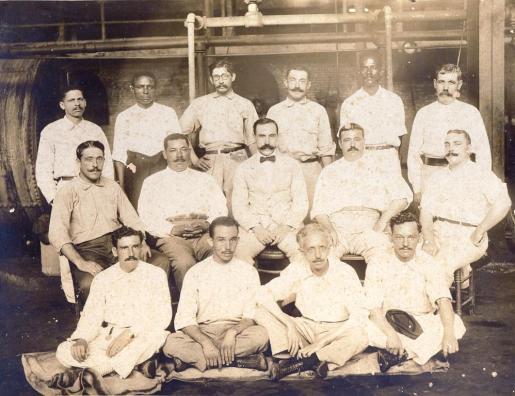 Personal de la factoría Ballester, de Sóller, en Puerto Rico. Imagen de la Sociedad Puertorriqueña de Genealogía.