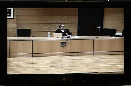 Fotografía del monitor instalado en la sala de prensa habilitada en el Palacio de Justicia de Navarra. José Francisco Cobo leyó la sentencia.
