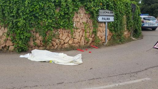El cuerpo del ciclista quedó tendido en la vía.